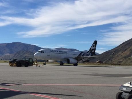 クイーンズタウン空港に飛行機到着。