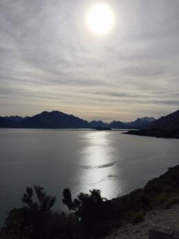 ワカティプ湖。逆光でこんなになりました。